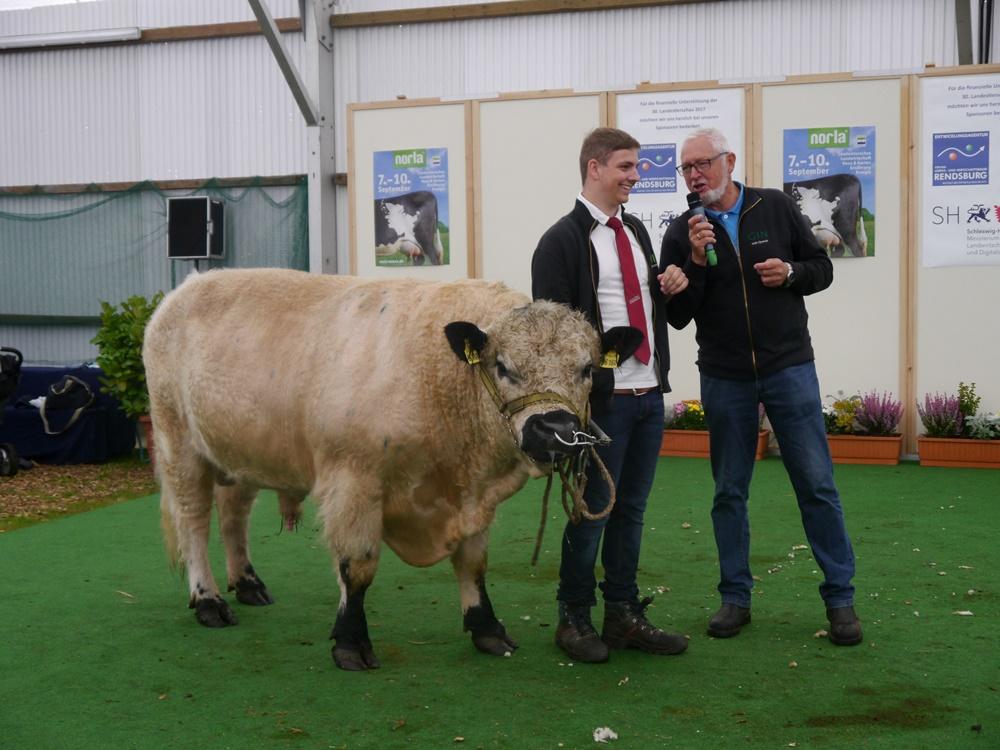 Jan Hendrik Jürgens und Willi Quandt mit WGA Bulle Gustl im Tierschauzelt